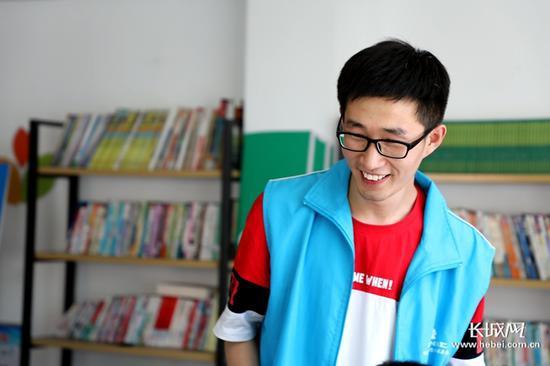 每次聊起在村子里的社工服务工作,王伟雄都会笑得很开心。长城新媒体记者 高航 摄