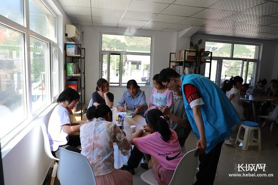 王伟雄和同事李向坤在黑崖沟村开展社工服务工作。长城新媒体记者 高航 摄