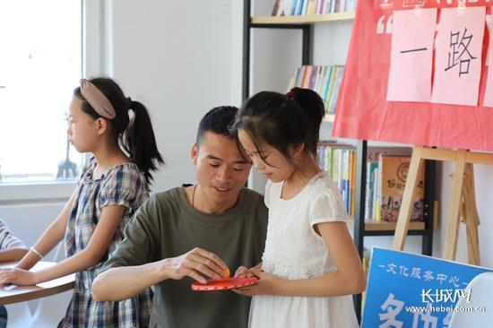 家长带着孩子在社工服务站参加亲子活动。长城新媒体记者 高航 摄