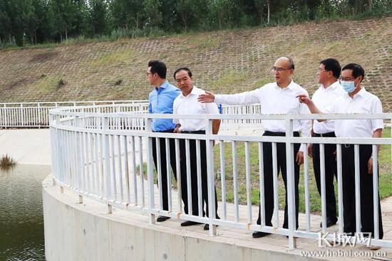 6月23日,省长许勤到邯郸调研检查。这是许勤来到魏县漳河东风渠,检查防汛情况。长城新媒体记者耿佳摄