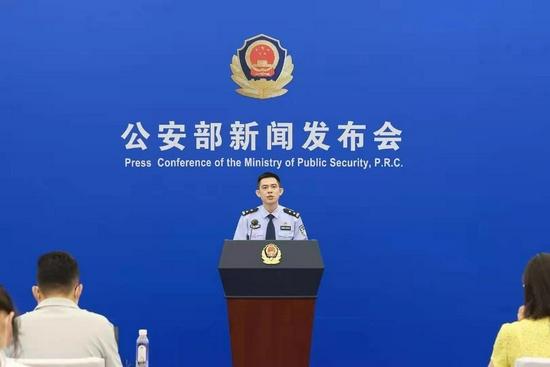 公安部新博国际平台首页发言人贾俊强介绍情况(公安部供图)