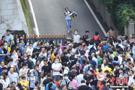 资料图:7月8日,重庆育才中学考点,考生结束考试后跑出考场。中新社记者 陈超 摄