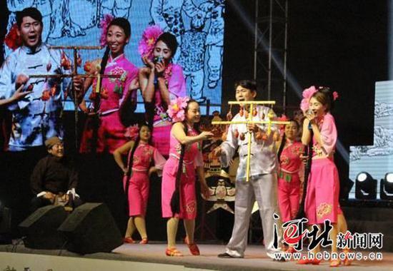 10月20日晚,庆祝改革开放40周年中国·昌黎民歌会举行。图为昌黎民歌《叫卖调》节目演出精彩瞬间。 记者孙也达 通讯员牛春富摄