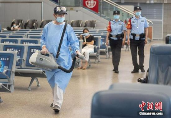 资料图:7月22日,江苏省南京市,南京火车站工作人员在候车大厅内开展消毒工作。 中新社记者 泱波 摄