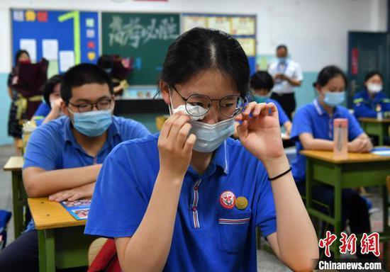 图为一位女学生流下激动的眼泪。 翟羽佳 摄