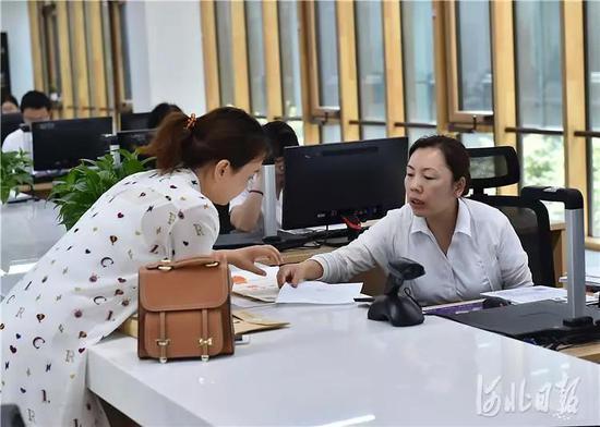 在雄安市民服务中心办事,体验到的是办事的高效率。刘向阳摄