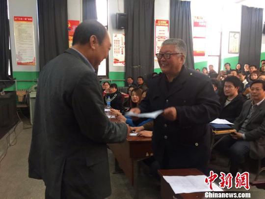 邢台农业学校校长关林柏为学员任民昌颁发入学证书。