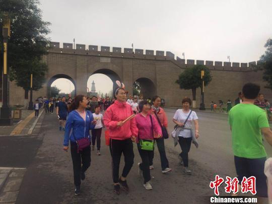 当天近两万民众在古城中行走 李茜 摄