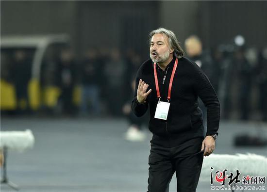 3月16日,石家庄永昌主教练亚森在场边指挥比赛。