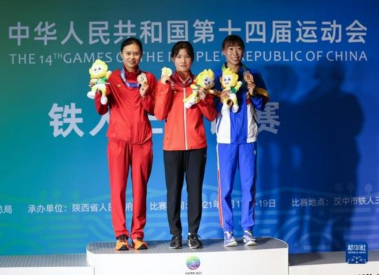 9月17日,冠军河北队选手黄安琪(中)、亚军四川队选手张一(左)和季军辽宁队选手贾惠雯在颁奖仪式上。新华社记者魏翔摄