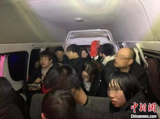 6座面包车实载17人 驾驶人和车主双双被判刑