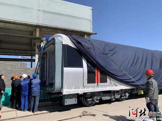 3月13日,石家庄地铁1号线二期首列电客车入驻西兆通综合维修基地。
