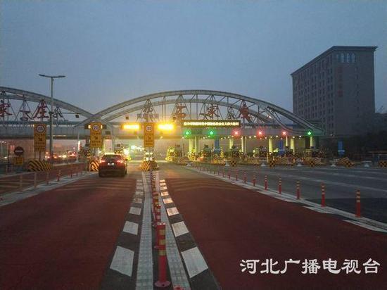 今晨6时,石家庄裕华高速口正常开启。(高凯摄)