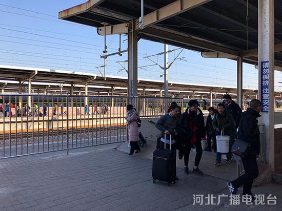 石家庄北站,刚下车的乘客们正在出站。颜力鸥 摄