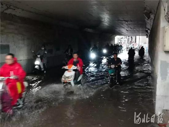 5月12日,市民涉水通过地道桥。当日,石家庄突降大雨,市区部分路段积水严重。