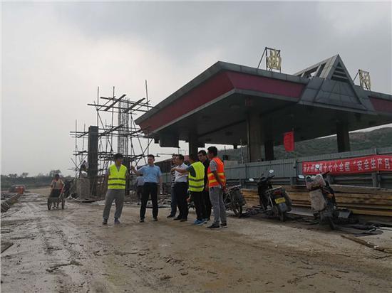 京昆高速公路、保阜高速公路对收费站改扩建及货车ETC车道建设现场(6月13日摄)。 图片来源:河北交投集团网站