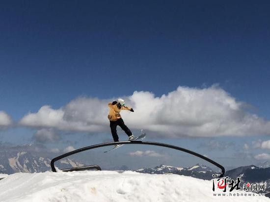 河北省单板滑雪队队员在法国训练中。 潘蕾摄