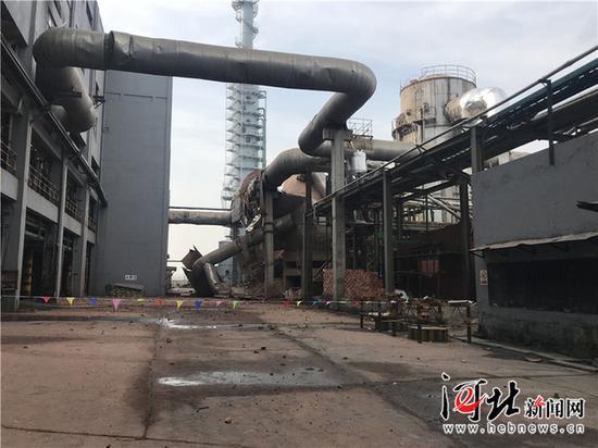 河北金万泰化肥有限责任公司造气车间尾气燃烧炉爆炸事故现场。 记者米彦泽摄