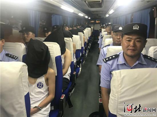 包机押解34名 犯罪嫌疑人回冀