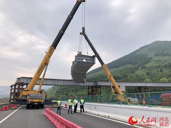 延崇高速跨张承高速钢桥吊装开始施工