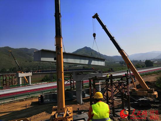 延崇高速跨张承高速钢桥吊装开始施工。 张家口市崇礼区委宣传部供图
