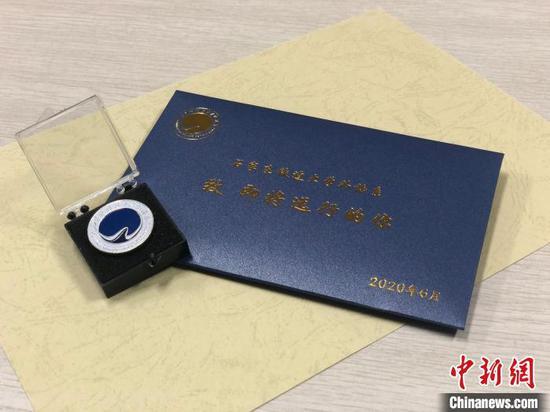 图为系徽与致毕业生的信。石家庄铁道大学外语系供图