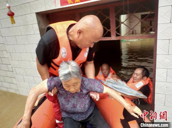 在安徽省六安市裕安区固镇六合村,遵化岭俊救援队队员正在营救被困老人。 岭俊 摄