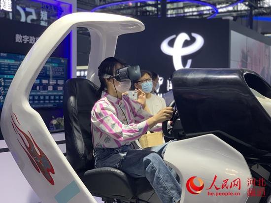 市民纪艳艳正在体验VR互动游戏。 人民网 赵明妍摄