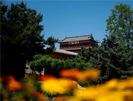 秦皇岛是国家历史文化名城,因秦始皇东巡至此派人入海求仙而得名。