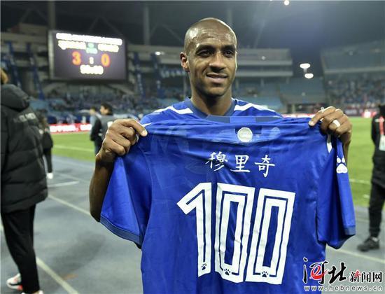 3月16日,石家庄永昌球员穆里奇展示第100粒进球的球衫。