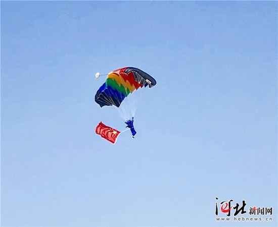 9月21日,在石家庄市栾城机场上空进行的跳伞表演。