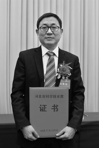 张福成,1964年8月出生,民盟成员,工学博士,现为燕山大学教授,亚稳材料制备技术与科学国家重点实验室和冷轧板带装备及工艺国家工程技术研究中心学术带头人,燕山大学副校长。