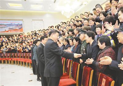 12月12日,党和国家领导人习近平、刘云山等在北京会见第一届全国文明家庭代表。