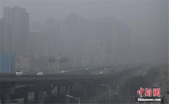 12月5日,石家庄市区笼罩在雾霾中。当日,河北省气象台继续发布霾红色预警信号。