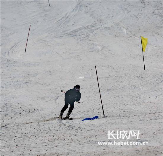 """""""滑雪王""""大回转比赛。曹建雄 摄"""