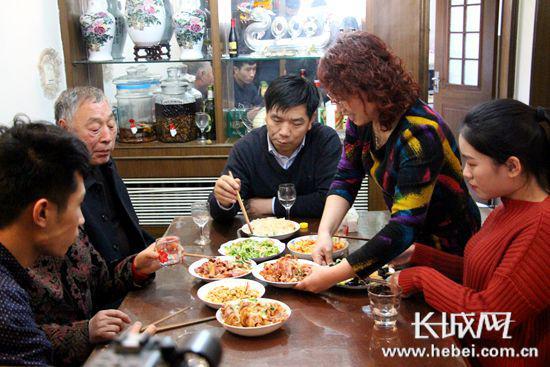 王腊旭与家人共享午餐。 长城网 胥文燕 摄