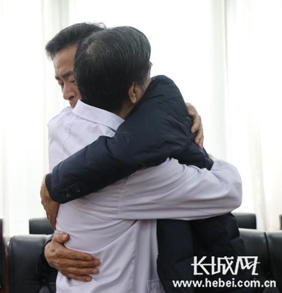 张建生医生和当年的患者徐华中深深地拥抱在一起。长城网 吴浩摄