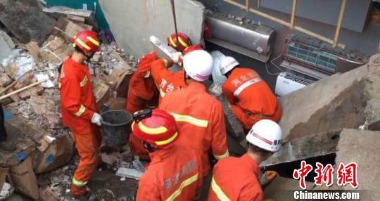 河北任县一电器小商场坍塌5人被埋,几十名消防官兵冒雨展开救援。张鹏翔 摄