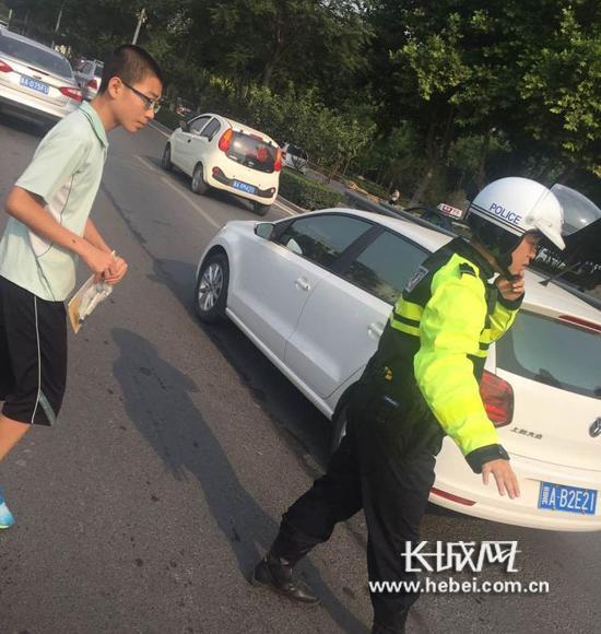 考生跟着交警前往考点。石家庄市交管局供图