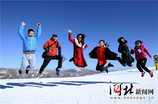 游客在崇礼密苑云顶乐园山顶嗨起来。(资料片,王伟宏摄)