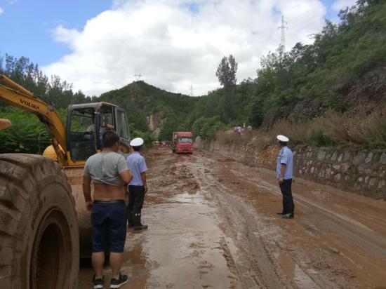 8月2日11时开始的强降雨造成承德多处山体滑坡,道路交通中断。承德交通、交警部门迅速行动,全力以赴尽快恢复交通秩序。 霍文凯摄