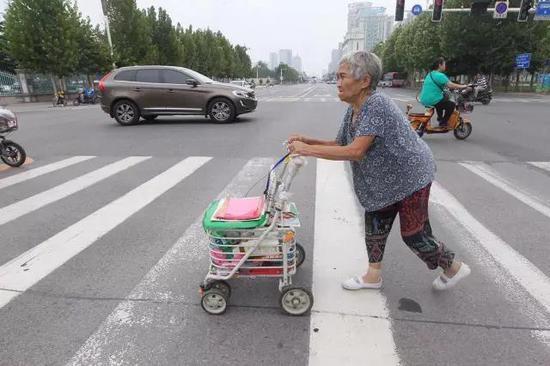 崔俊英每天推着小车去健身