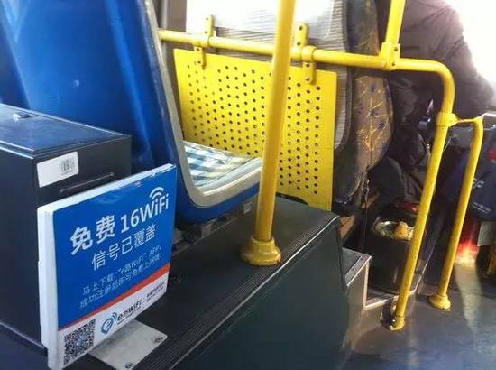 目前市内大部分公交车实现了免费WiFi上网,乘客只需按照车内张贴的上网提示进行操作。
