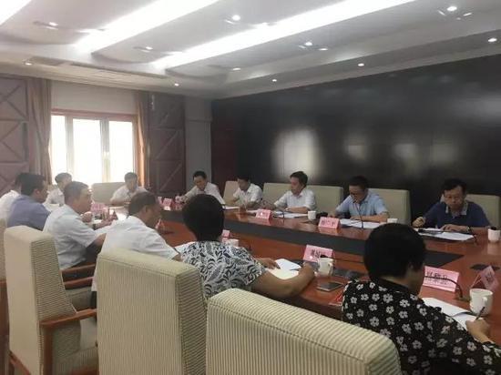 8月21日,河北省大气办对上半年全省PM2.5平均浓度改善率后10名的县政府主要负责同志进行公开约谈。图为约谈会现场。