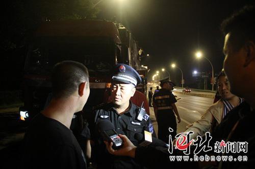8月29日,石家庄市城管委组织执法人员联合交管等部门对省会渣土秩序进行了督导检查。图为执法人员正在进行督导检查。