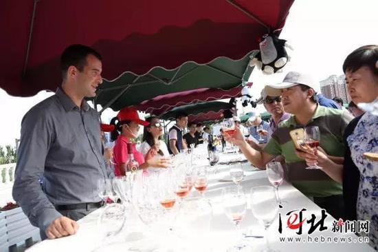 在世博欢乐园,嘉宾在站台前品尝捷克红酒。 记者 戴绍志摄