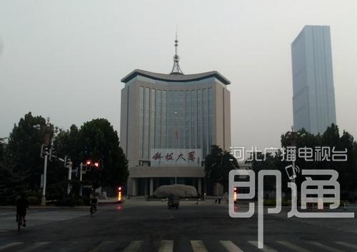 今晨,石家庄裕华路与富强大街路口附近街景。(耿杰飞 摄)