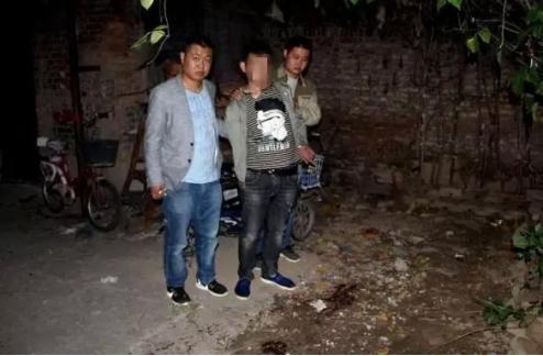 9月12日凌晨4时40分,在衡水市桃城区赵圈镇一户村民家中发生一起命案。图为犯罪嫌疑人指认现场。