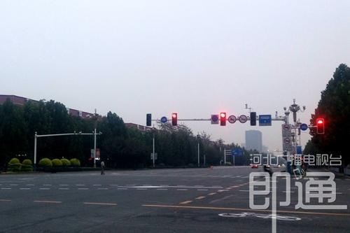 今晨,石家庄裕华路与谈固大街路口附近街景。(杨磊摄)