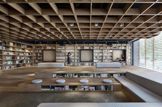 """保定""""新鲜空气""""书店在设计上,用原木、绿植、蒲团等元素,营造人与书、人与自然的和谐之美。"""